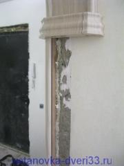 Приклеиваем наличник к стене. Установка дверей во Владимире.
