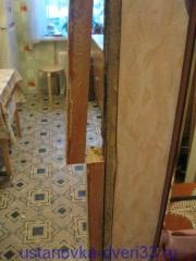 Распиленная пополам старая дверная коробка. Установка дверей во Владимире.
