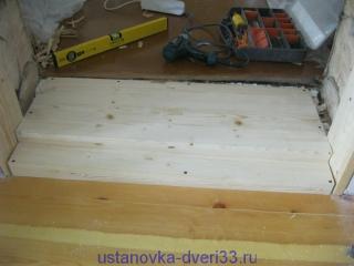 Дверной порог со ступенькой на своем месте. Установка дверей во Владимире и области.