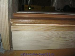Проверка соотвествия высоты ступеньки порога и выстоты коробочного бруса. Установка дверей во Владимире и области.