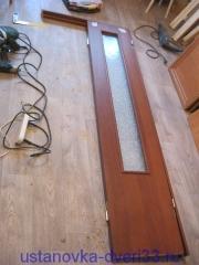 Отмечаем место врезки петель на коробочном брусе. Установка дверей во Владимире.