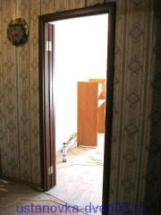 Створки двери-книжки в открытом состоянии ложатся на стену. Установка дверей во Владимире.