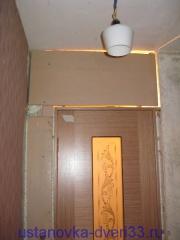 Устанавливаем панель над дверью с внешней стороны. Установка дверей во Владимире.