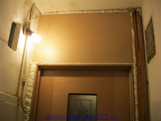 Установленная внутренняя панель в проеме над дверью. Установка дверей во Владимире.
