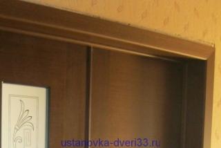 Недоклеенные сверху обои. Установка дверей во Владимире.