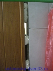 Запенка нижней части шва. Установка дверей во Владимире.