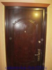 Установленная верхняя планка наличников. Установка дверей во Владимире.