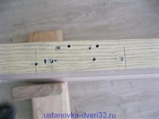 Торец двери со следами от саморезов. Установка дверей во Владимире.