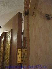 Некачественно врезанная дверная петля. Установка дверей во Владимире.