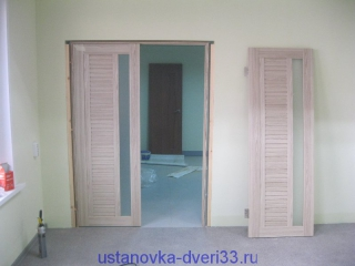 Выставленная по уровню одна из створок двупольной двери. Установка дверей во Владимире и области.