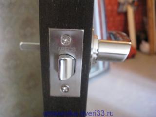 Фалевая ручка с квадратом в защелке. Установка дверей во Владимире.