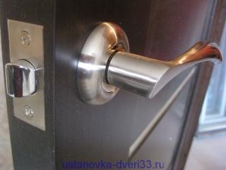 Врезанная в дверь фалевая ручка с защелкой. Установка дверей во Владимире.