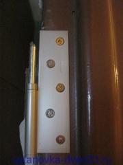 Прикручиваем петлю к металлической коробке. Установка дверей во Владимире и области.