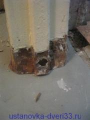 Отверстие от арматуры внизу металлической дверной коробки. Установка дверей во Владимире