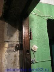 Крепеж нагелем через ушко металлической входной двери. Установка дверей во Владимире.