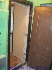Навешиваем на петли коробки металлическую входную дверь. Установка дверей во Владимире.