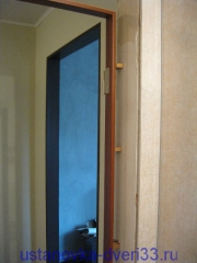 Выставляем петельную сторону дверной коробки по уровню. Установка дверей во Владимире