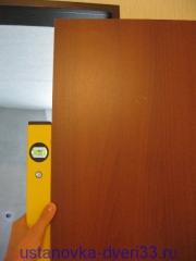 Навешиваем дверь и проверяем уровень. Установка дверей во Влаидмире