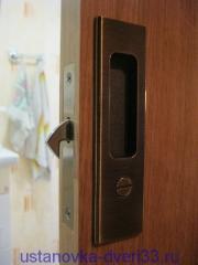 Вид установленного замка двери-купе снаружи. Установка дверей во Владимире.