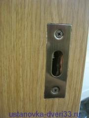 Ответная планка замка двери-купе на своем месте. Установка дверей во Владимире.