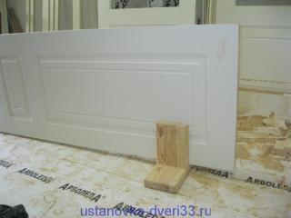Дверь на подставке. Установка дверей во Владимире.