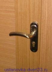 Защелка с раздельными ручками на длинной пластине. Установка дверей во Владимире.