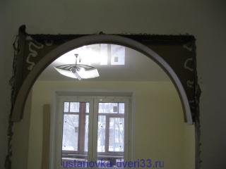 Нанеся клей (и пену для надёжности) приклеиваем одну сторону свода на своё место. Установка дверей во Владимире.