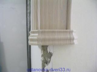 Приклеиваем или соединяем на шпунты декоративные элементы соединения наличников и свода. Установка дверей во Владимире.