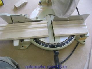 Отмеряем расстояние до пола и отрезаем наличники до нужной длины. Установка дверей во Владимире.