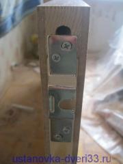 Прикручиваем крепежную скобку роликов к верхнему торцу двери-купе. Установка дверей Владимир.