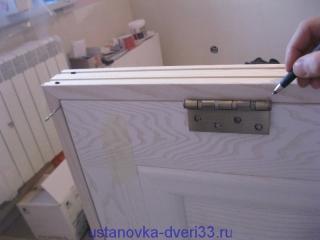 Отмечаем место врезки петли на дверной коробке. Установка дверей во Владимире.