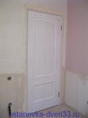 Установленный в проем дверной блок, запененные швы. Установка дверей во Владимире.