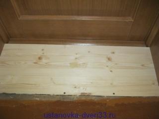 Пол и порог дверной коробки на одно уровне. Установка дверей во Владимире и области.