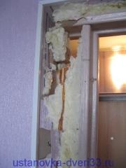 Ошибки непрофессионалов: монтажная пена, нанесенная на обои.Установка дверей во Владимире.