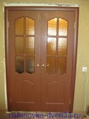 Установленный дверной блок с доборами и наличниками. Установка двери Владимир.