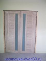 Выставленные относительно друг друга створки двупольной двери с правильным зазором готовы к запениванию.Установка дверей во Владимире и области.