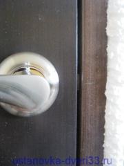 Отмечаем высоту ответки на дверной коробке. Установка дверей во Владимире.