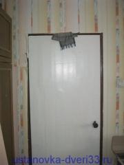Старая дверь в металлической коробке. Установка дверей во Владимире и области.