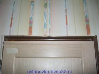 Вставляем брусок в проем над дверью. Установка дверей во Владимире и области.