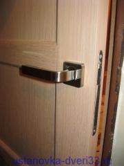 Магнитная защелка врезана в дверь. Установка дверей во Владимире и области.