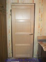Дверь установлена, облагорожена доборами, ручка защёлка врезана. Установка дверей во Владимире и области.