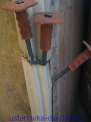 Далее загоняем скарпели за металл кувалдочкой. Установка дверей во Владимире
