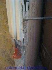 Выламываем верхнюю половину металлической дверной коробки. Установка дверей во Владимире