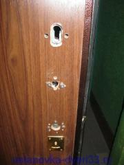 Отверстия в двери под установку фурнитуры. Установка дверей во Владимире.