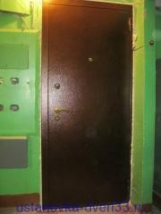 """Вид установленной металлической входной двери \""""Эстет\"""" с запенкой швов. Устанока завершена. Установка дверей во Владимире."""