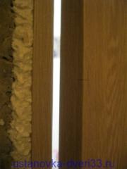 Отмечаем высоту дверной ручки над полом. Установка дверей во Владимире.
