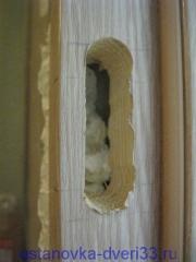 Отверстие под ответную планку магнитного замка в коробочном брусе. Установка дверей во Владимире.