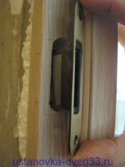 Вставляем ответную планку магнитного замка на своё место. Установка дверей во Владимире.