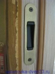 Ответная планка магнитного замка прикручена на саморезы. Установка дверей во Владимире.