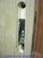 Паз под ручку замка двери-купе. Установка дверей во Владимире.